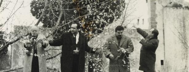 A l'enterrament de Caterina Albert. D'esquerra a dreta: el poeta Carles Fages, el marxant d'art Ismael Planells i els pintors Felip Vilà i Sibecas
