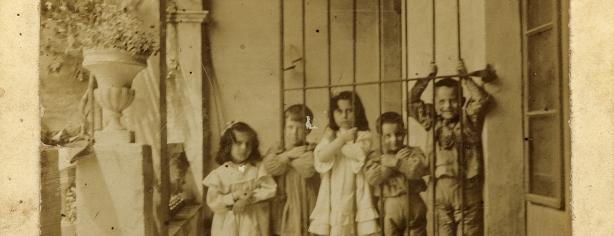 Carles Fages de Climent, el segon a l'esquerra, amb els seus cosins, a Palol