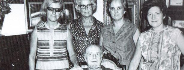 Carles Fages de Climent amb les cariàtides de l'Empordà. Carme Guasch, M. dels Àngels Vayreda, Montserrat Vayreda i Pilar Nierga