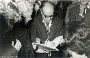 Fages de Climent, signant llibres